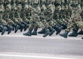 Szokujące przedstawienie: Rosyjscy żołnierze udają, że miażdżą geja betonowym bokiem
