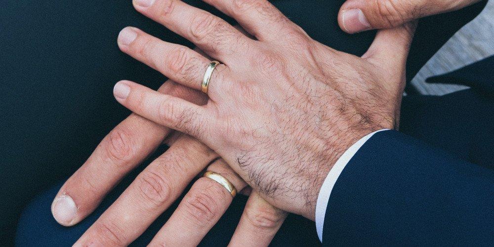 """Kościół w Szwajcarii: """"nie ma sakramentalnej różnicy pomiędzy związkami małżeńskimi różno- i jednopłciowymi"""""""
