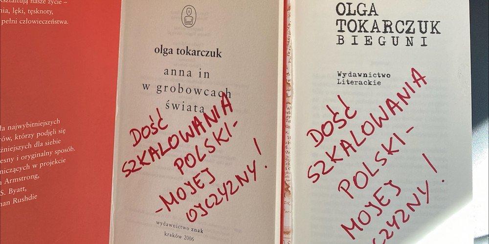 Zniszczone książki Olgi Tokarczuk teraz pomogą osobom LGBTQ+: aukcja okaleczonych książek