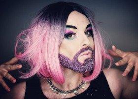 """""""Nazywam się Mona i jestem nieogolona"""" - z drag queen Moną Lizak rozmawiamy o nowym singlu, zdrowiu psychicznym i łamaniu stereotypów płciowych"""