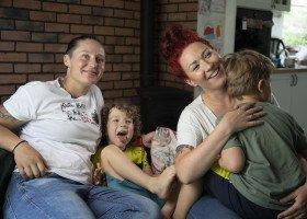 """""""Jesteśmy rodziną"""" - nowa kampania Miłość Nie Wyklucza pokazuje szczęśliwe, tęczowe, polskie rodziny"""