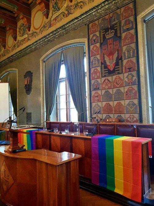 Tęczowe flagi w krakowskim magistracie