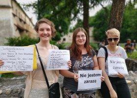 Demonstracja przed kurią krakowską