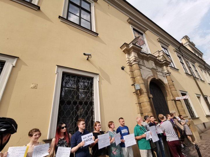 Demonstracja przed kurią krakowską - zdjęcie: 2/5