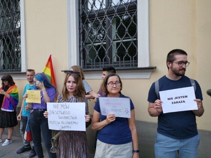 Demonstracja przed kurią krakowską - zdjęcie: 4/5