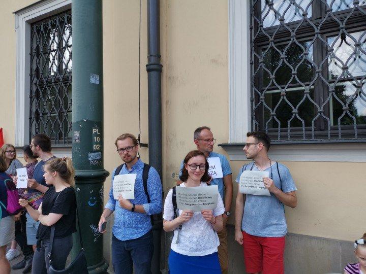 Demonstracja przed kurią krakowską - zdjęcie: 5/5