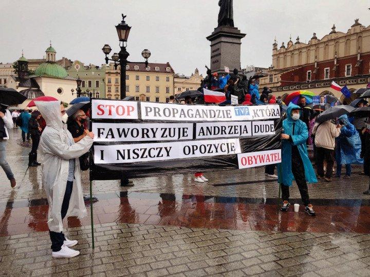 Manifestacja przeciwko Karcie Rodzin, Kraków - zdjęcie: 4/5