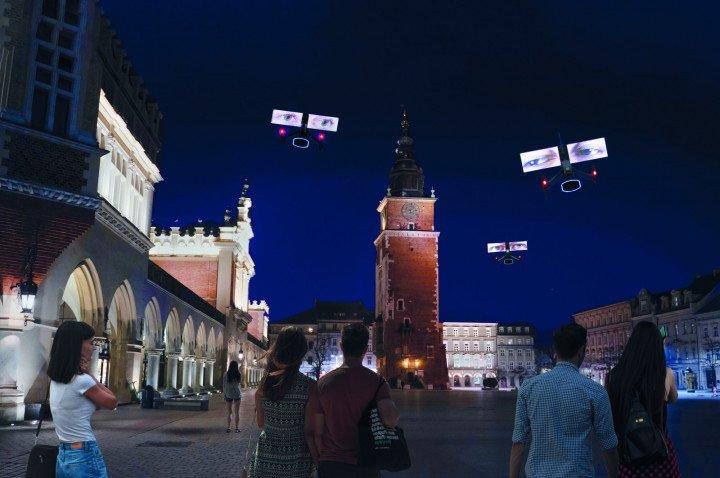 """Krzysztof Wodiczko """"Niebo nad Krakowem. LGBT mówi. Dronowy pokaz na Rynku Głównym"""" - zdjęcie: 3/13"""