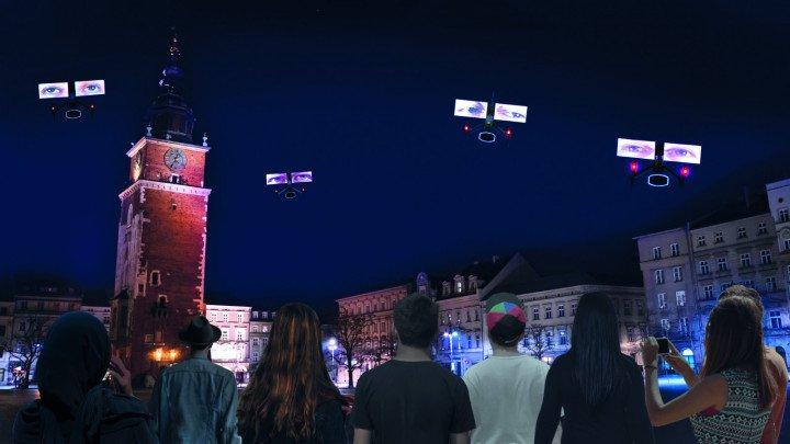 """Krzysztof Wodiczko """"Niebo nad Krakowem. LGBT mówi. Dronowy pokaz na Rynku Głównym"""" - zdjęcie: 4/13"""