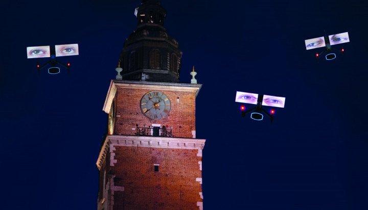 """Krzysztof Wodiczko """"Niebo nad Krakowem. LGBT mówi. Dronowy pokaz na Rynku Głównym"""" - zdjęcie: 5/13"""