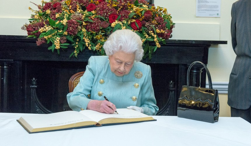"""Królowa Elżbieta II ogłosiła wprowadzenie zakazu """"terapii"""" konwersyjnej w Wielkiej Brytanii"""