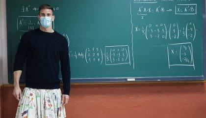 """""""Ubrania nie mają płci"""" - nauczyciele przychodzą na lekcje w spódniczkach, żeby okazać wsparcie wydalonemu uczniowi"""